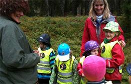 Skogsmulle lär barnen om djuren och växterna i skogen.