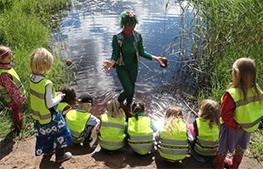 Laxe lär barnen om djuren i vattnet och vid strandkanten.